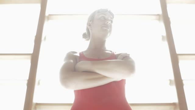 vídeos de stock e filmes b-roll de tu swimmer standing with arms crossed / vancouver, british columbia, canada - super exposto
