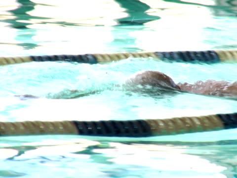 vidéos et rushes de nageuse de natation dans la piscine - prendre sur les genoux