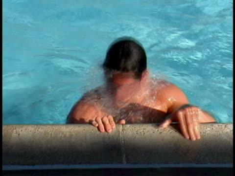 stockvideo's en b-roll-footage met swimmer - buitenbad