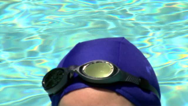 vídeos de stock, filmes e b-roll de swimmer - touca de natação