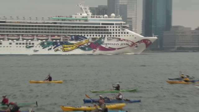 swimmers from around the world challenge themselves in the annual 30 mile circuit of manhattan island huge ocean liner head up hudson and swimmers... - salmini 個影片檔及 b 捲影像