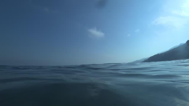 vídeos de stock, filmes e b-roll de os nadadores ponto de vista de mar - horizonte