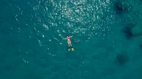 vídeos y material grabado en eventos de stock de nadar en el mar de color turquesa claro - acostado
