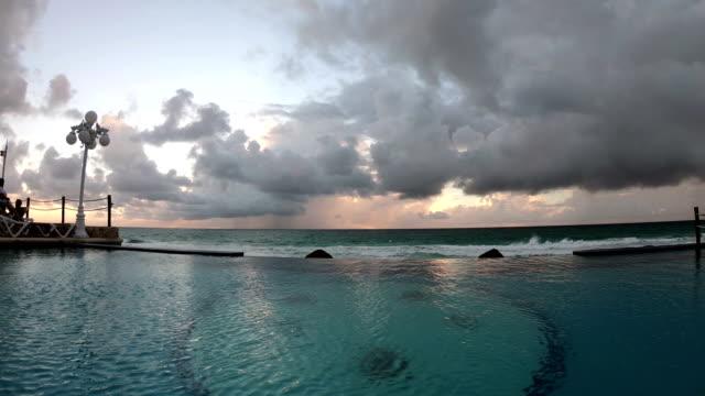 vídeos de stock, filmes e b-roll de natação em piscina de hotel em cancun no méxico - lago infinito