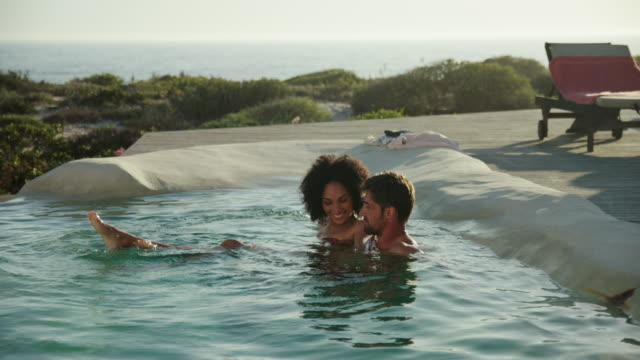 swimming in pool - piscina pubblica all'aperto video stock e b–roll
