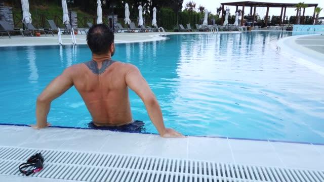 simning i pool på semesterorten - utebassäng bildbanksvideor och videomaterial från bakom kulisserna