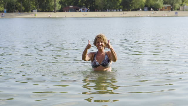 schwimmen im see - seniorinnen stock-videos und b-roll-filmmaterial