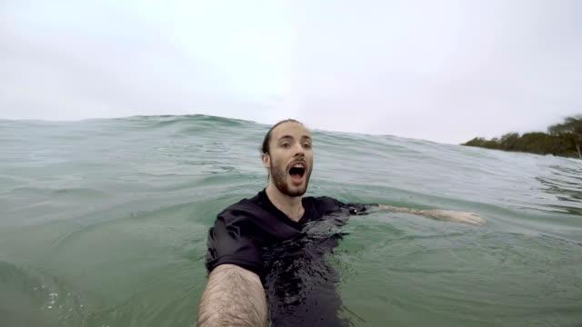 Schwimmen im Meer in Noosa, Queensland