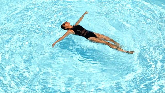 vídeos de stock, filmes e b-roll de nadar na piscina - preto