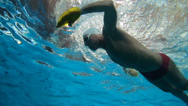 vídeos y material grabado en eventos de stock de la natación es su pasión - gorro de baño