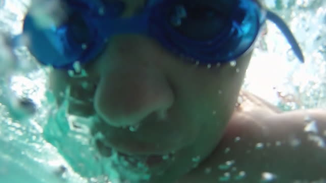 nuoto uomo vista subacquea-loopable - 2010 video stock e b–roll