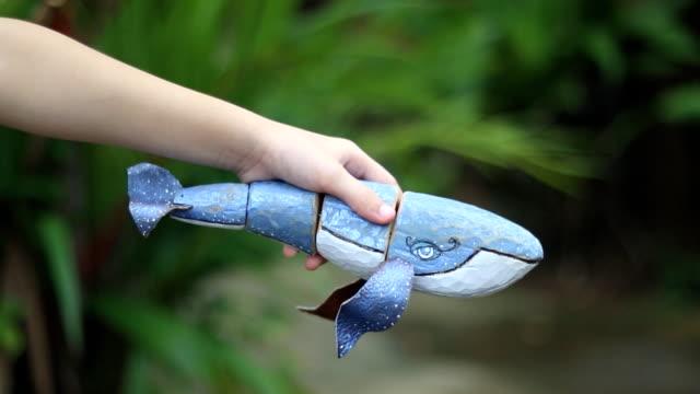 vídeos de stock e filmes b-roll de swimming of the wooden whale puppet - cetacea