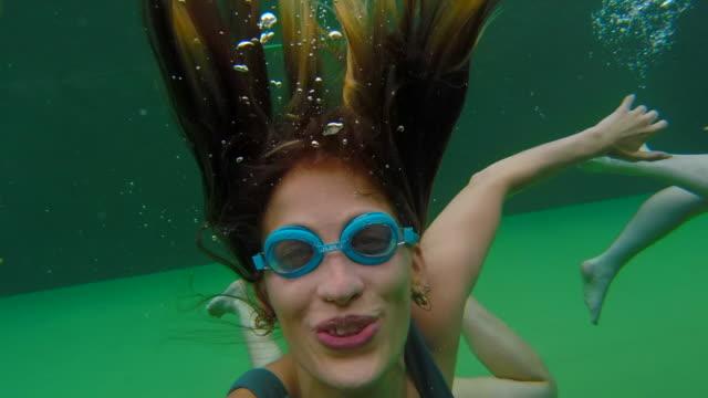 schwimmen im urlaub - unterwasserkamera stock-videos und b-roll-filmmaterial