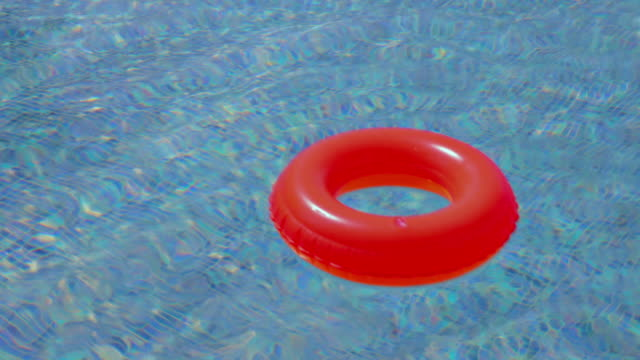 piscina e cannula interna - galleggiare sull'acqua video stock e b–roll