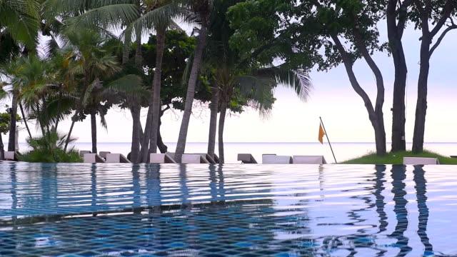 stockvideo's en b-roll-footage met zwembad bij strand van het resort - buitenbad