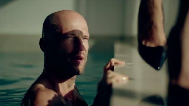 stockvideo's en b-roll-footage met zwembad godin - binnenbad