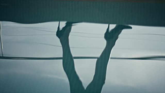 stockvideo's en b-roll-footage met zwembad godin wandelen langs de rand - binnenbad