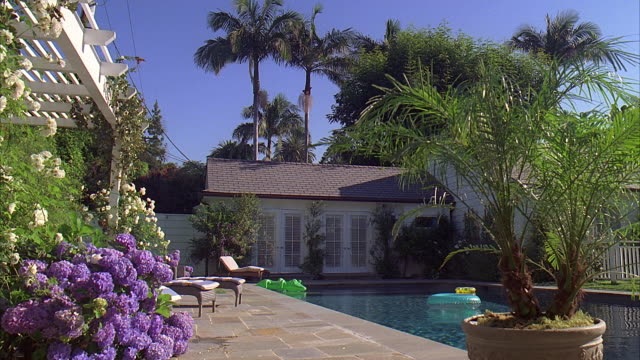 ws ds zi swimming pool in rear of guest house / california, usa - reifenschlauch stock-videos und b-roll-filmmaterial