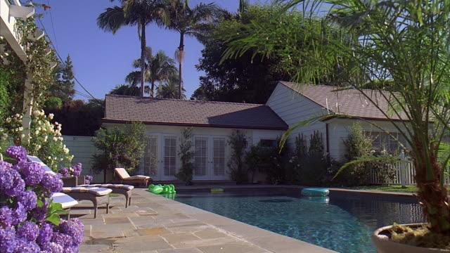 stockvideo's en b-roll-footage met ws swimming pool in rear of guest house / california, usa - tuindeur