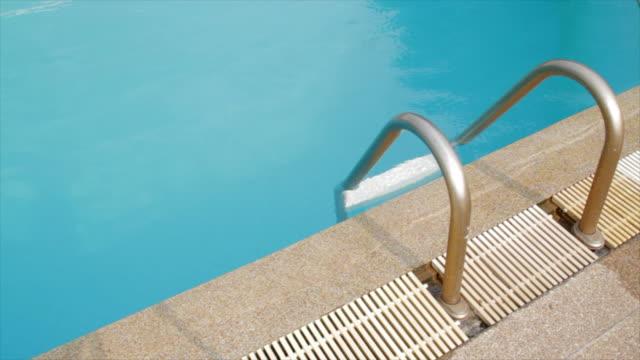 スイミング プールの梯子はパン ショット - プールサイド点の映像素材/bロール