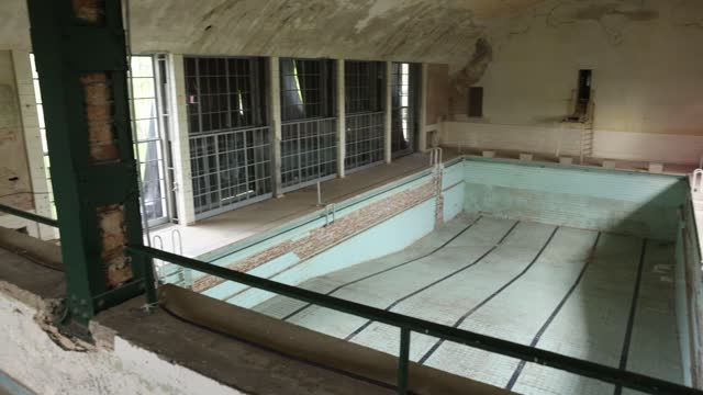 vidéos et rushes de swimming pool lies abandoned in the former swim hall at the site of the 1936 berlin olympic village on may 17, 2021 in elstal, germany. a german real... - village