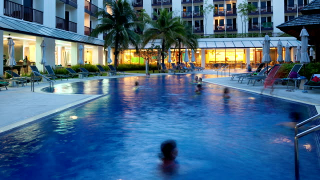 プールの時間の経過の夕暮れ - プールサイド点の映像素材/bロール