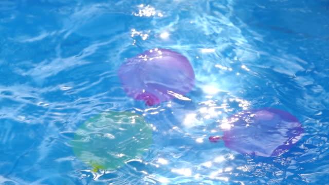 スローモーションスイミングプール - 水泳用浮き輪点の映像素材/bロール