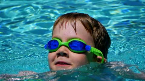 stockvideo's en b-roll-footage met zwembad - alleen jongens