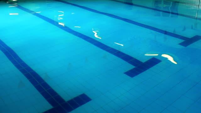 vídeos y material grabado en eventos de stock de piscina con una superficie de agua agitando - agua estancada