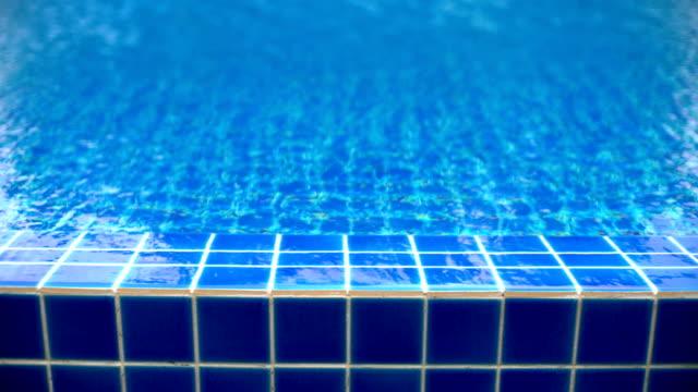 cu-swimming pool w / wasser plätschern - kachel stock-videos und b-roll-filmmaterial