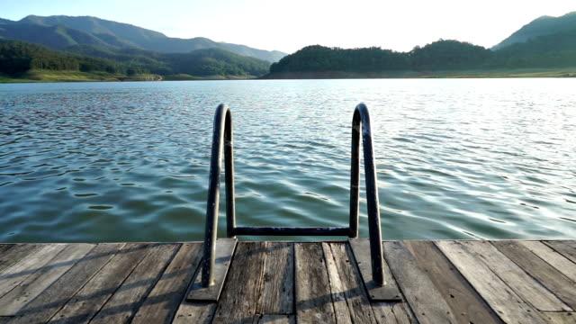 Stair pool in der Natur mit See- und Bergblick