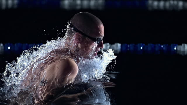 stockvideo's en b-roll-footage met swimming the breaststroke - uithoudingsvermogen
