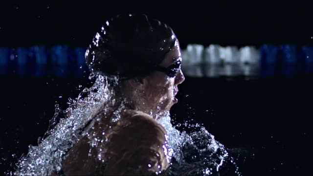 vídeos de stock, filmes e b-roll de swimming the breaststroke - esporte