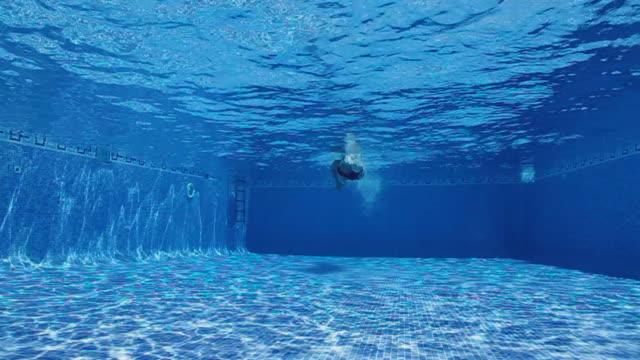 vídeos y material grabado en eventos de stock de piscina de entrenamiento - gorro de baño