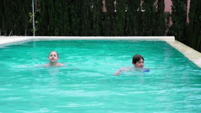 swimming - piscina pubblica all'aperto video stock e b–roll