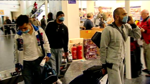 stockvideo's en b-roll-footage met results of independent review published; 2009 heathrow airport : travellers arriving wearing face masks * * flash photography * * - varkensgriep