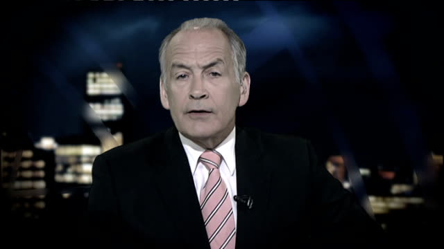 vídeos de stock e filmes b-roll de results of independent review published; july 2009 gir: alastair stewart speaking to camera sot nhs preparing for as many as 65,.000 deaths from... - alastair stewart