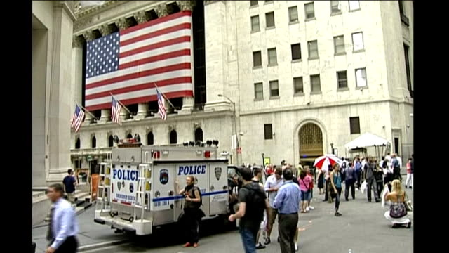 stockvideo's en b-roll-footage met swine flu spreads from mexico to usa; new york: ext general view crowds and police vehicle outside us stock exchange pedestrians along - varkensgriep