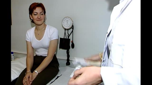 vídeos de stock, filmes e b-roll de two cases confirmed in scotland woman receiving flu jab - gripe suína