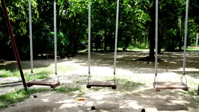 stockvideo's en b-roll-footage met schommel stoelen ultra hd. - schommelen schommelstoel