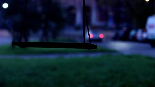vídeos de stock e filmes b-roll de balanço pendurado na árvore, carro no fundo de cruzamento - equipamento de parque infantil