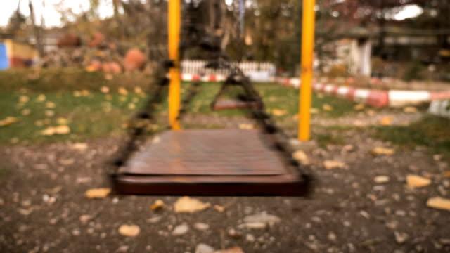 vídeos de stock, filmes e b-roll de swing no parque outono - swing