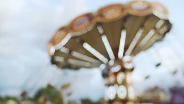 vidéos et rushes de swing ride tournant au parc d'attractions - format hd