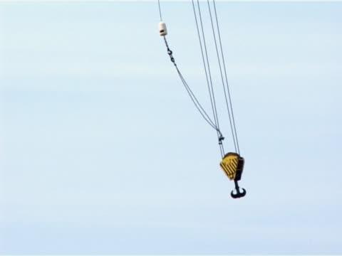 vídeos de stock, filmes e b-roll de balançando crane gancho - roldana