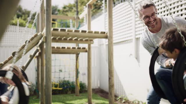 vídeos de stock, filmes e b-roll de balançando no sol é o seu tipo de diversão - swing