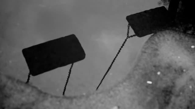 vídeos de stock, filmes e b-roll de balanços de balanço playground - lago reflection
