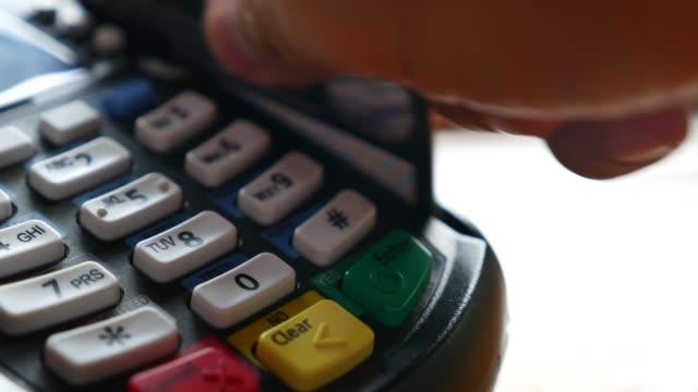 vidéos et rushes de glisser une carte de crédit - boutique