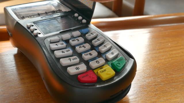 Das Durchziehen der Kreditkarte, Dolly Shot