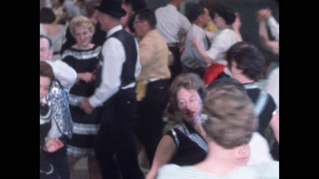 vídeos de stock e filmes b-roll de swirl of square dancers at center of huge crowd in dance hall - dança quadrada