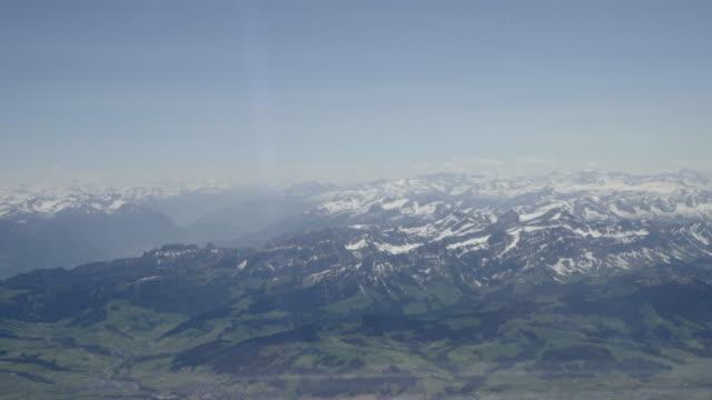 vidéos et rushes de vue de passager des alpes suisses - alpes suisses